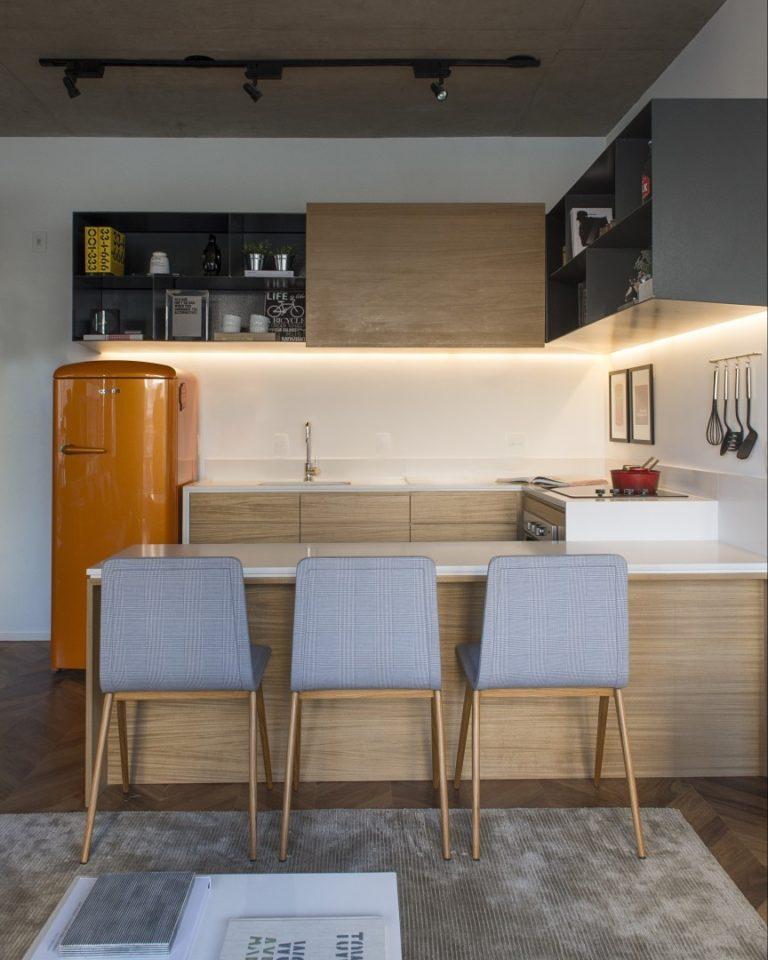Decoração moderna com geladeira laranja.
