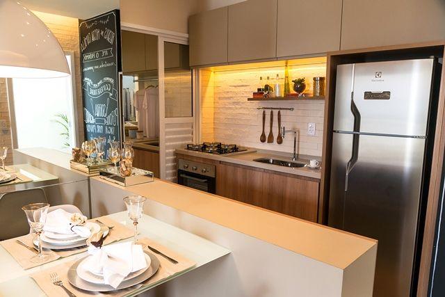 Decoração com armários simples e geladeira de inox.