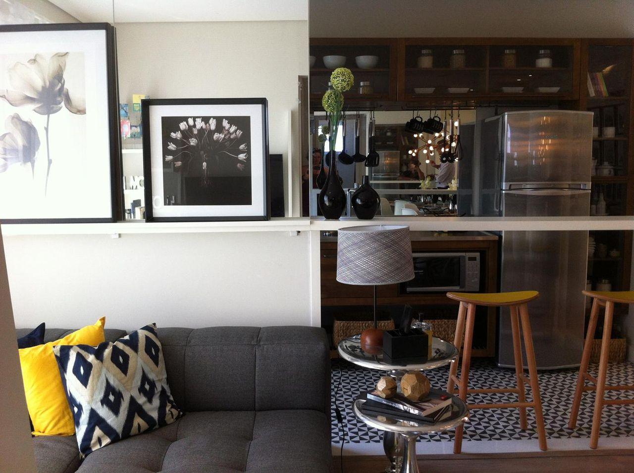 Decoração com armários rústicos e bancada branca de madeira.
