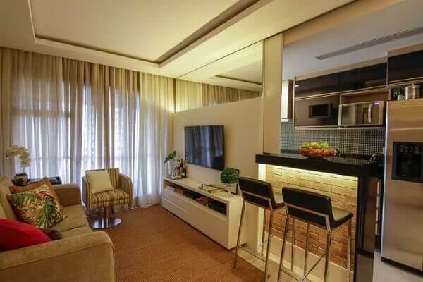 Sala com cozinha americana e decoração elegante.