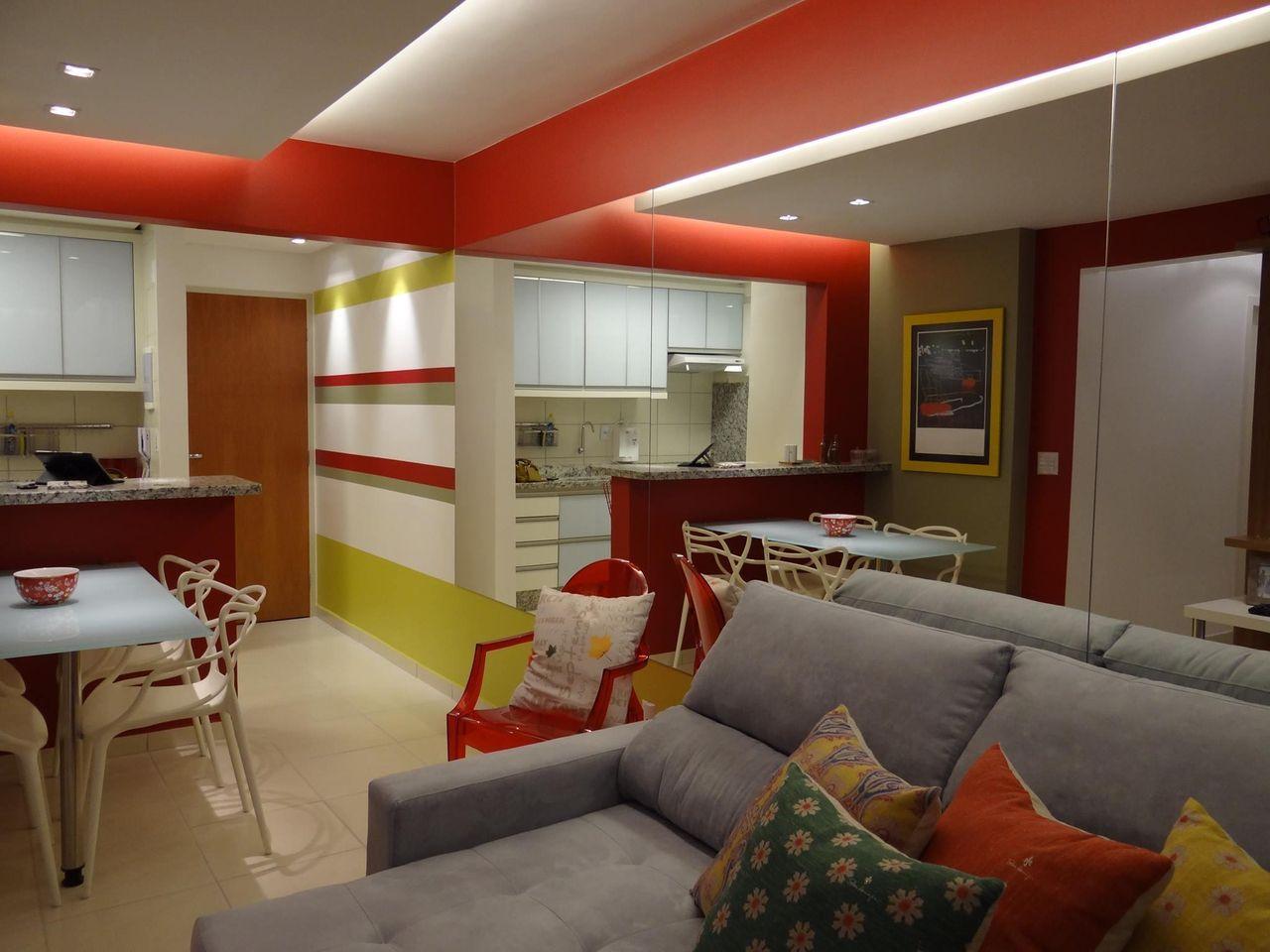 Decoração com sala colorida e armários simples.