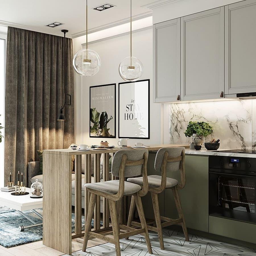 Decoração com armário com fita de led e bancada de madeira com pendentes suspensos modernos.