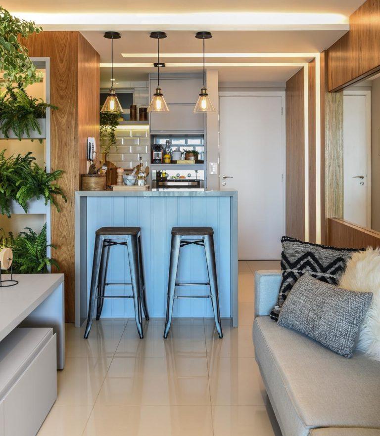 Decoração moderna com armário cinza, azulejos de tijolinhos brancos e iluminação moderna.