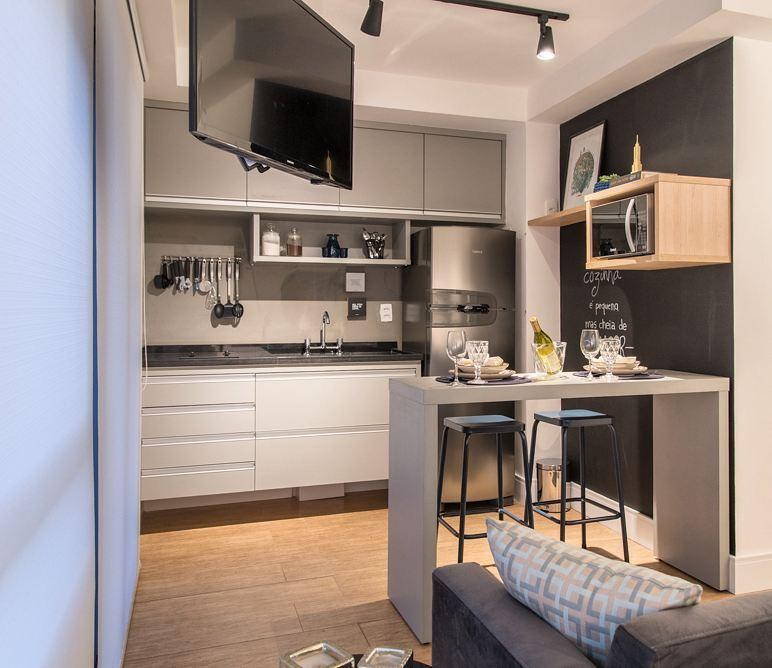 Decoração com armários simples e parede de lousa.