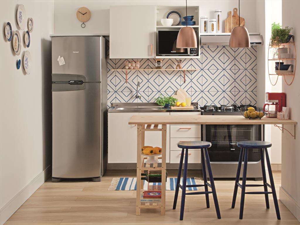Cozinha americana simples com bancada de madeira com azulejos com estampa geométrica.
