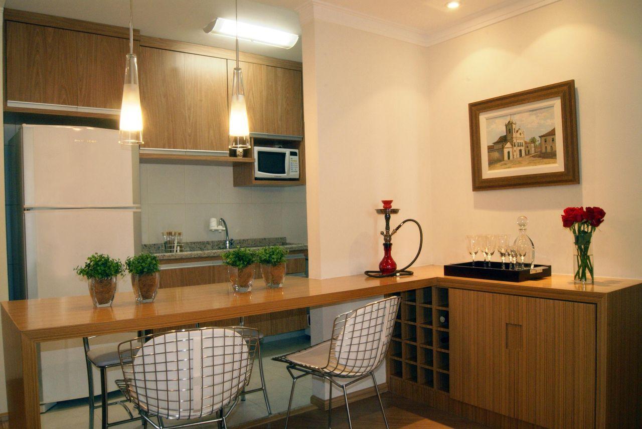 Cozinha americana simples com armários de madeira.