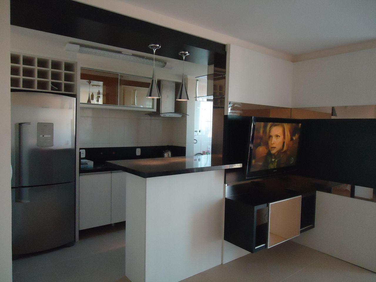 Cozinha americana simples com armário espelhado e bancada de mármore.