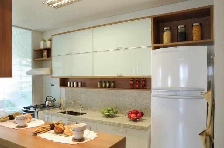 Cozinha americana simples com armários brancos.