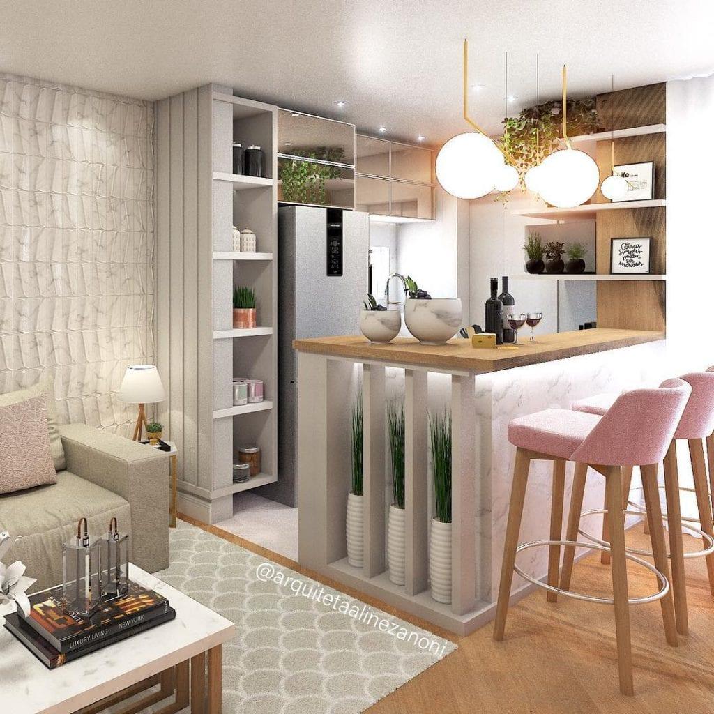 Cozinha americana luxuosa com lustre moderno e armário espelhado.