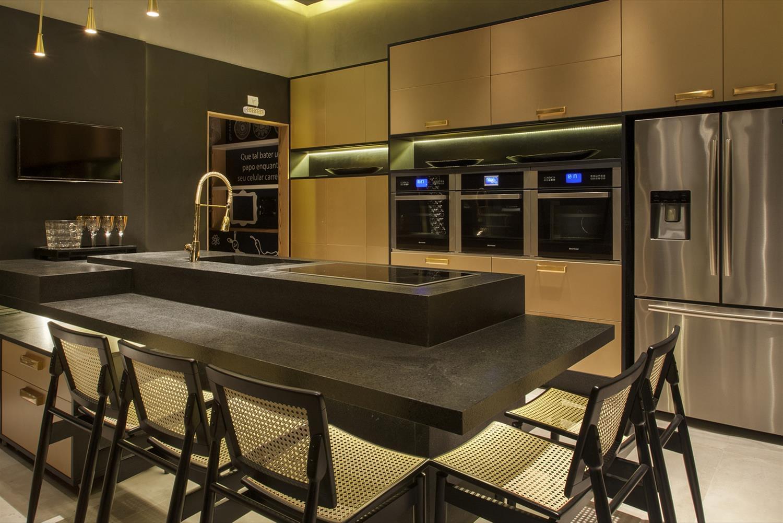 Cozinha americana luxuosa e e elegante com bancada de mármore e cooktop.