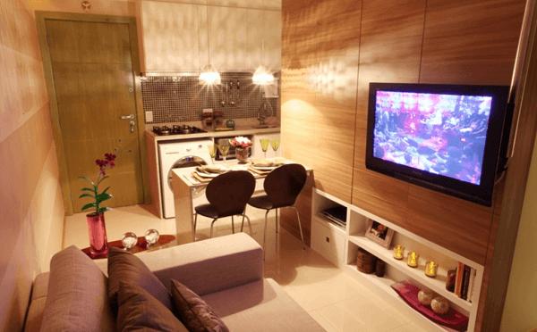 Decoração simples com armário branco para ambiente pequeno integrado a sala.