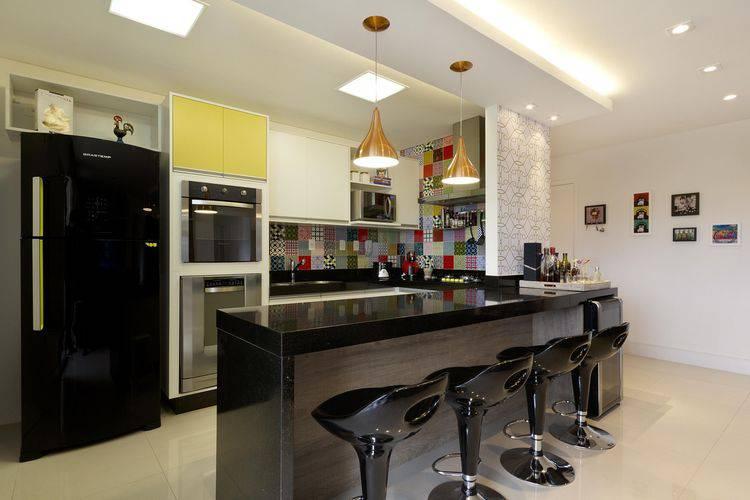 Decoração moderna com geladeira preta e azulejo colorido.
