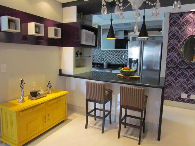 Cozinha americana com sala moderna com armário espelhado e bancada de mármore.