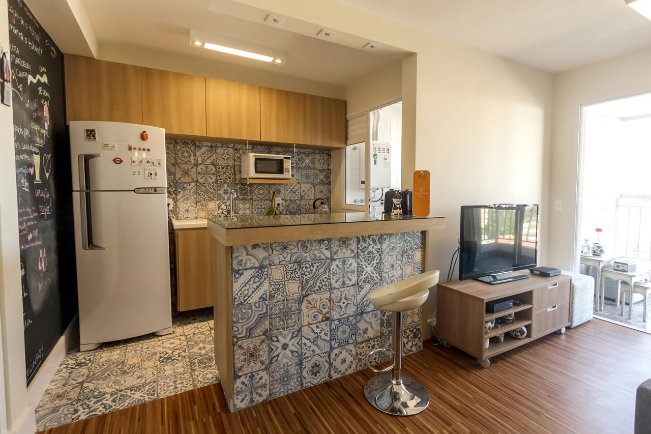 Decoração simples com azulejo português e parede de lousa.