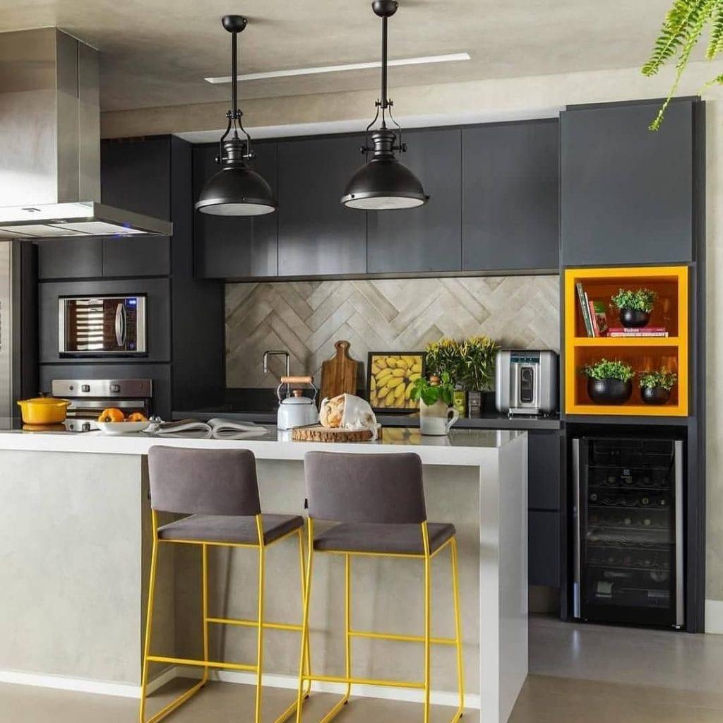 Cozinha americana moderna com armários pretos e decoração amarela.
