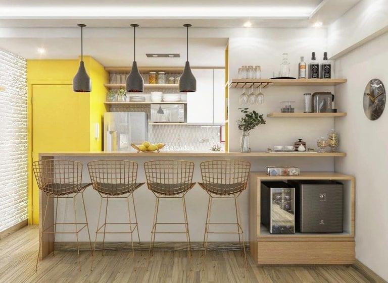 Cozinha americana moderna com decoração amarela e armário branca.