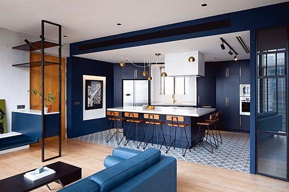 cozinha americana com sala azul