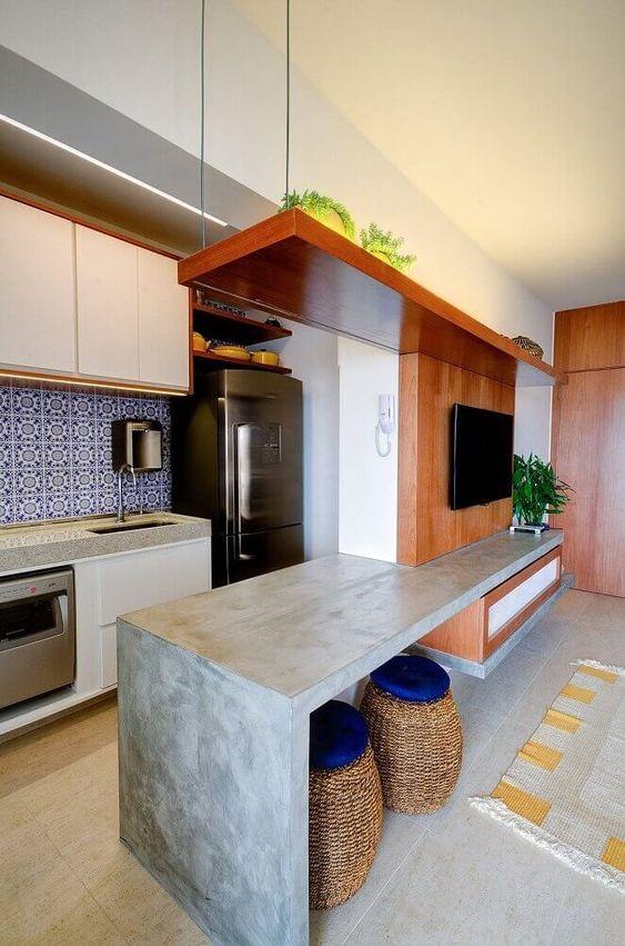 sala de estar com bancada de refeições e cozinha americana.