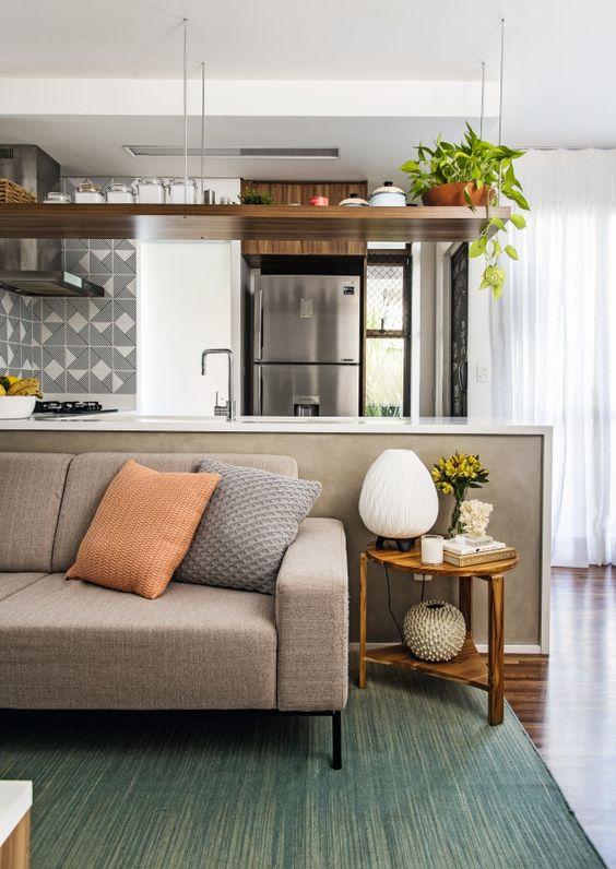 sofá de linho e cozinha americana
