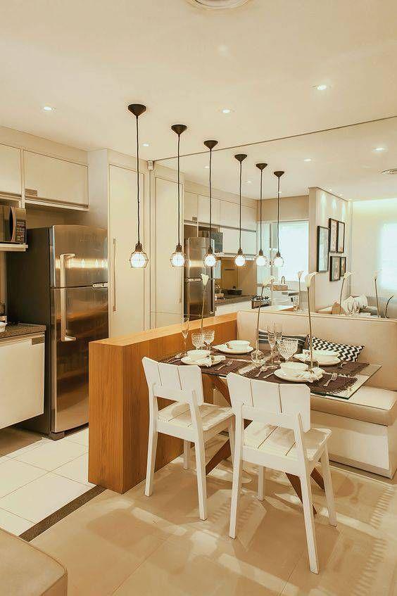 cozinha americana com espelhos e pendentes.