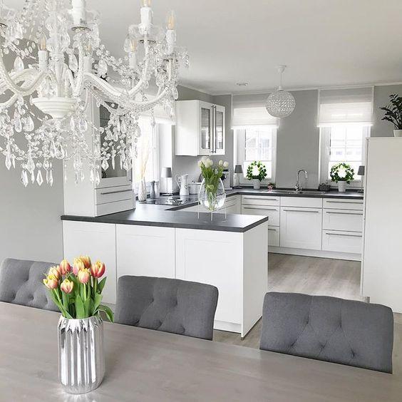 cozinha americana com sala de jantar cinza e branca