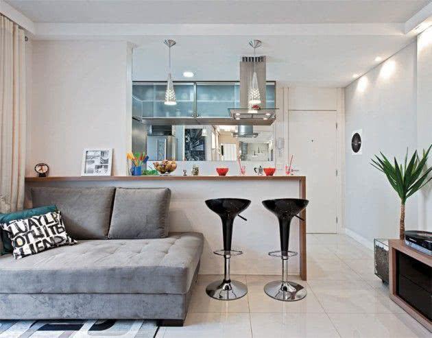 sofá grande em sala pequena com cozinha