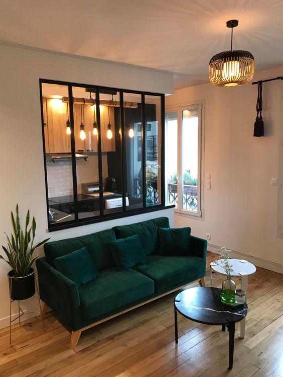 cozinha americana com sala de estar com vidro.