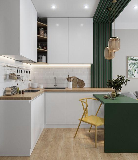cozinha americana com sala verde e branca com cadeira amarela