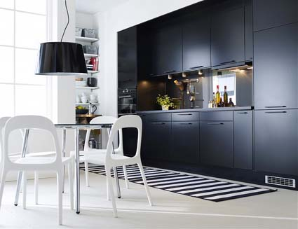 armários pretos e piso branco