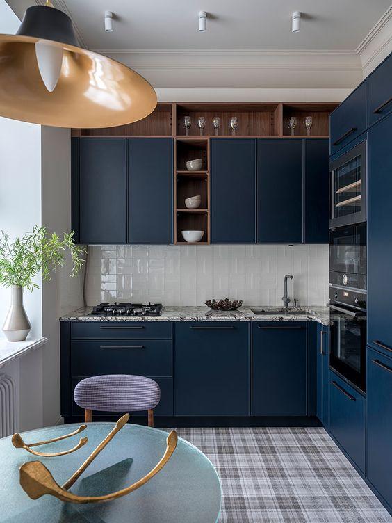 cozinha azul com piso xadrez