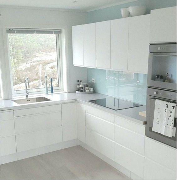 cozinha com vidro na parede do fogão