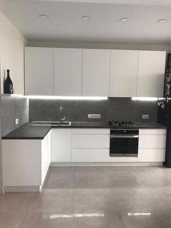 cozinha simples com armários brancos
