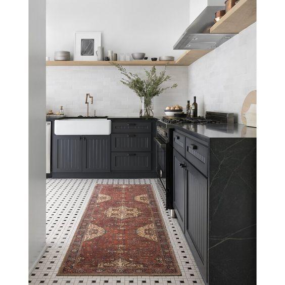 marcenaria preta e ladrilho hidráulico no chão
