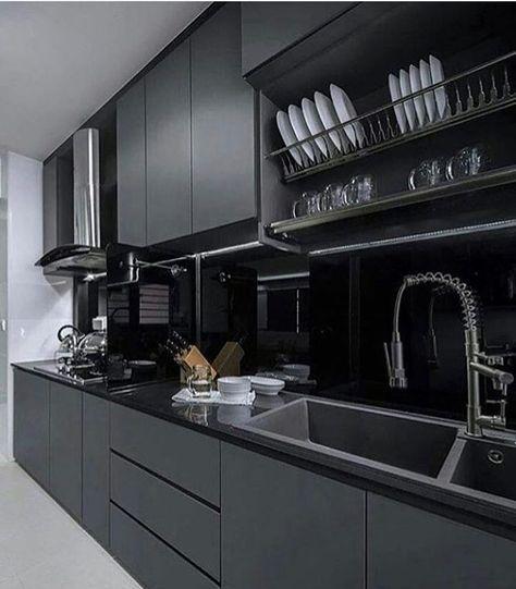 cozinha preta e cinza com suporte de pratos