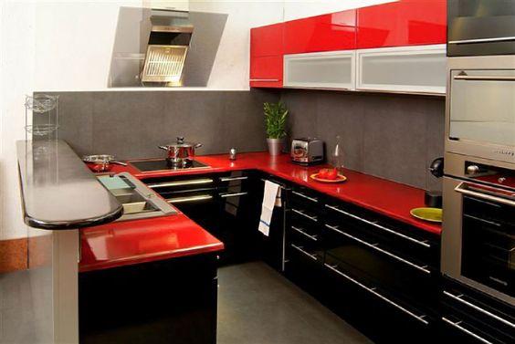 cozinha preta com bancada vermelha