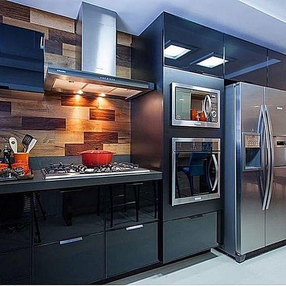 painel de madeira e geladeira inox