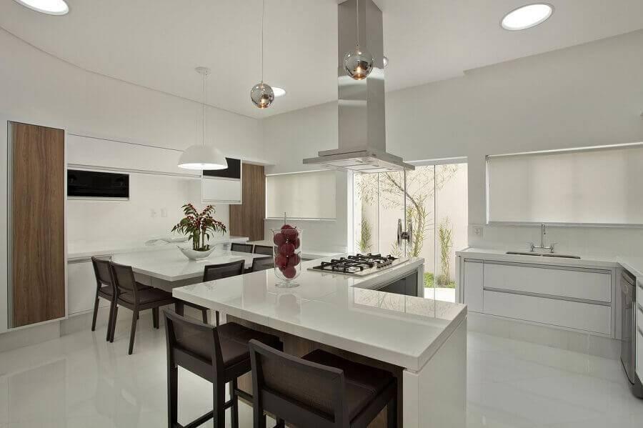cozinha em L branca com ilha e sala de jantar
