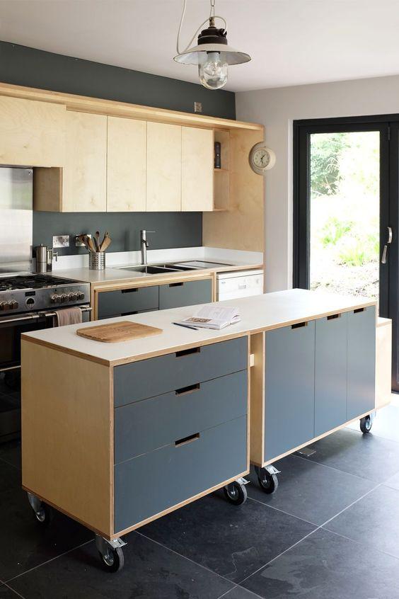 cozinha com ilha de rodízios em madeira