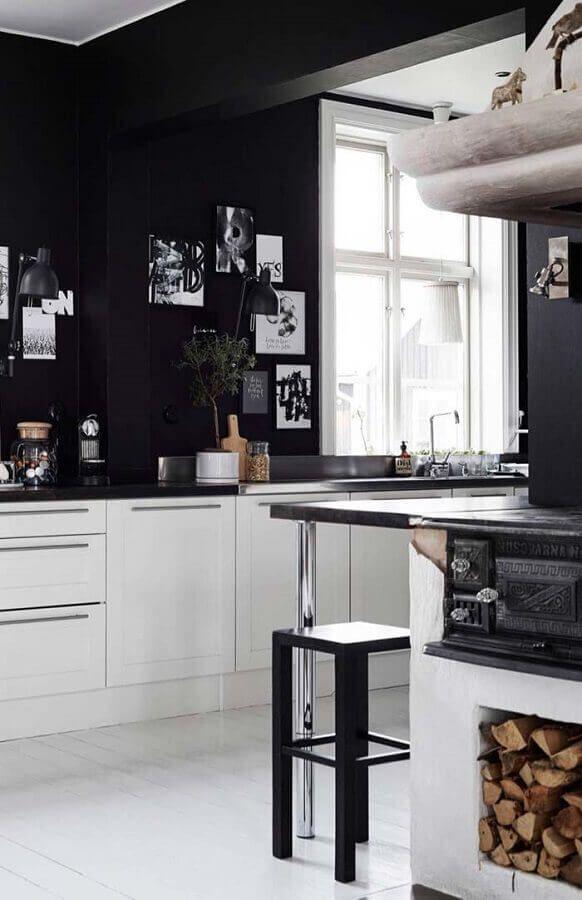 parede preta e armários brancos