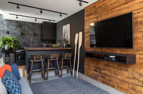 cozinha americana cinza e madeira com spots