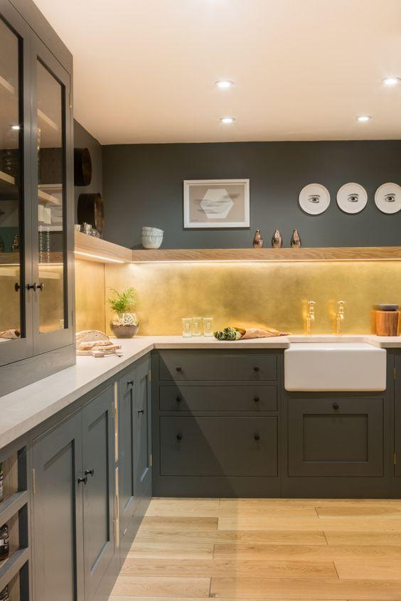 cozinha moderna em L com parede cinza