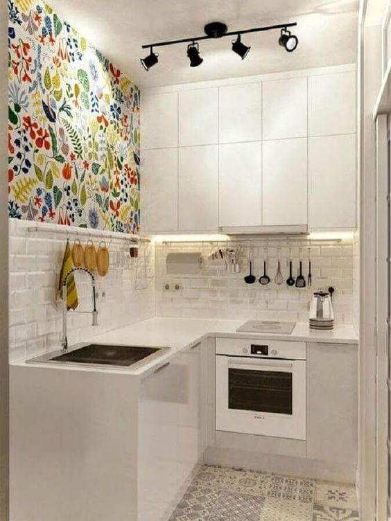 cozinha em l pequena com papel de parede