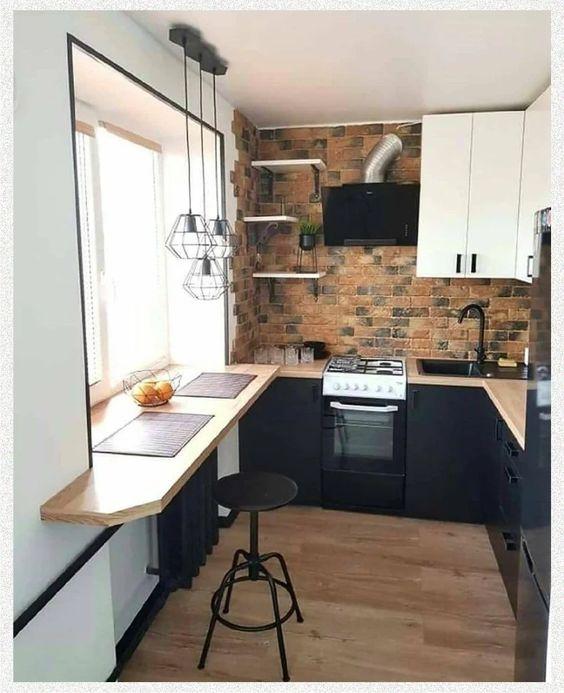 cozinha em L preta e branca com tijolinhos.