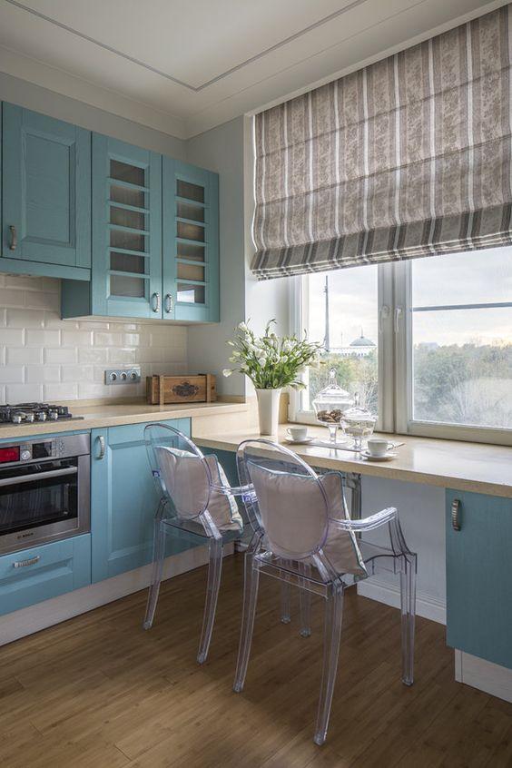 armário azul turquesa com bancada de refeições