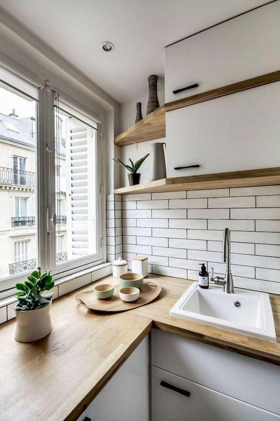 cozinha em L branca e madeira pequena