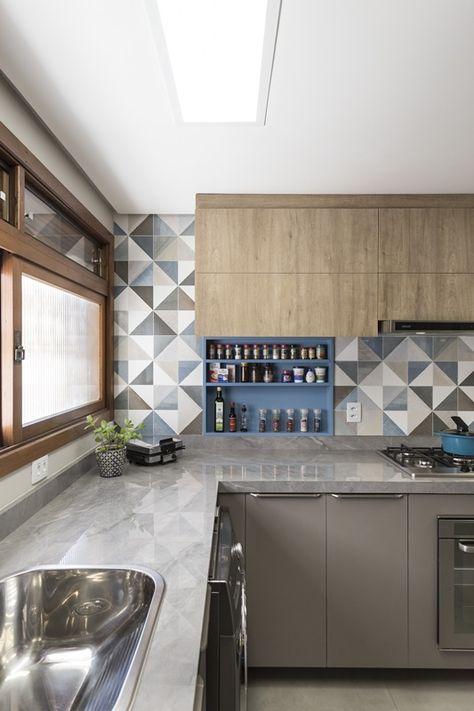 cozinha em L com azulejos cinza e branco