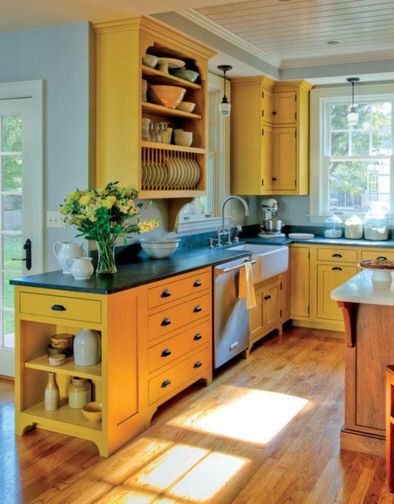 cozinha amarela com bancada preta