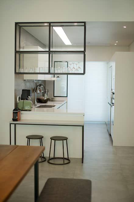 cristaleira de vidro suspensa em cozinha em L