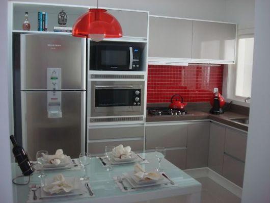cozinha em l com pastilhas vermelhas.