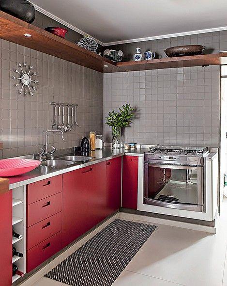 cozinha com azulejo cinza e bancada de inox